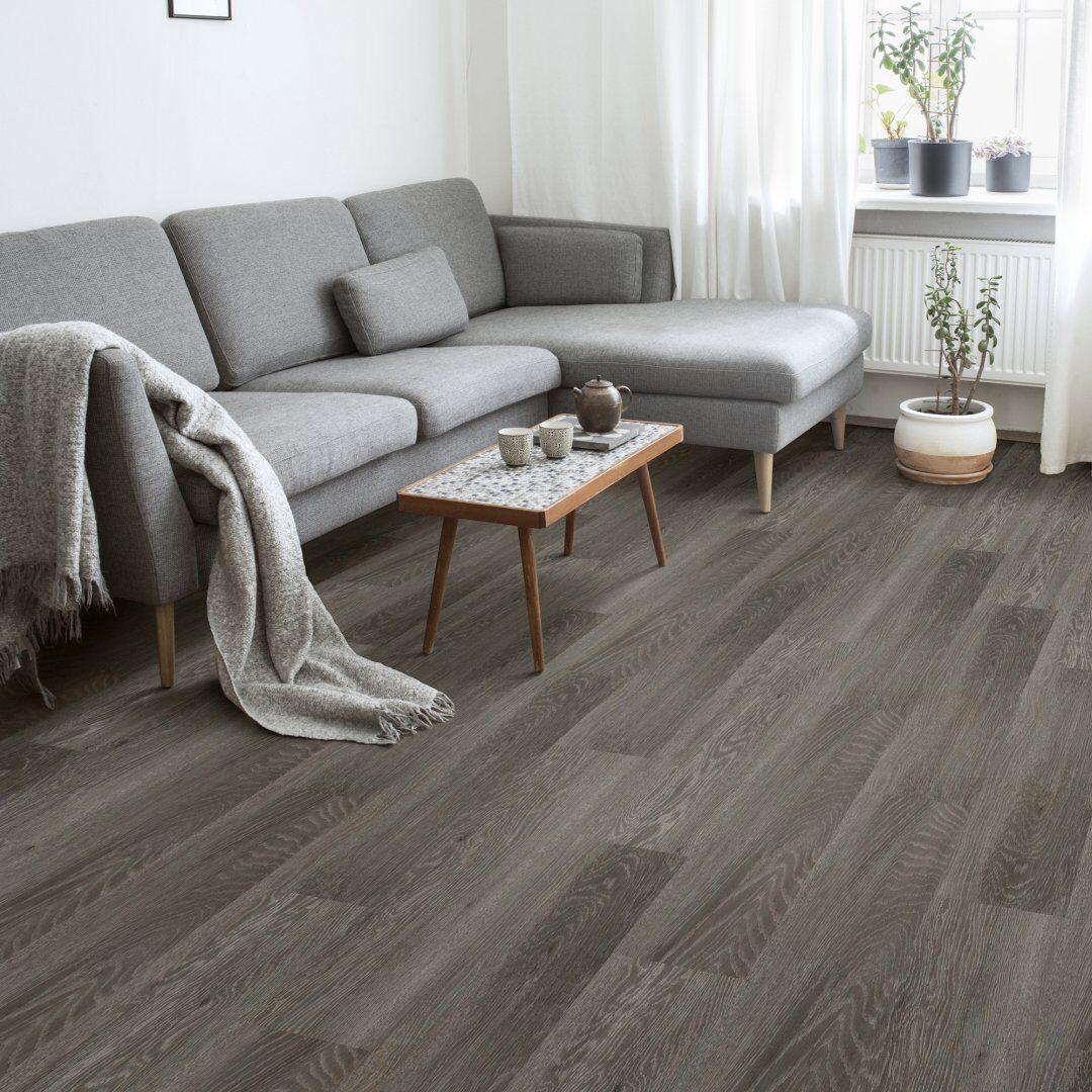 Woonkamer met een PVC vloer van Elemental Rigid Core PVC Plank ES530210 Modern Oak Graphite