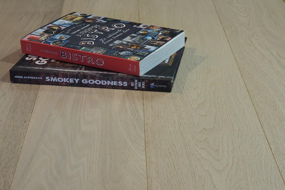 Vloer 4.1. Kleurloos geoliede eikenhouten vloer van Riga vloeren en kozijnen in Amsterdam