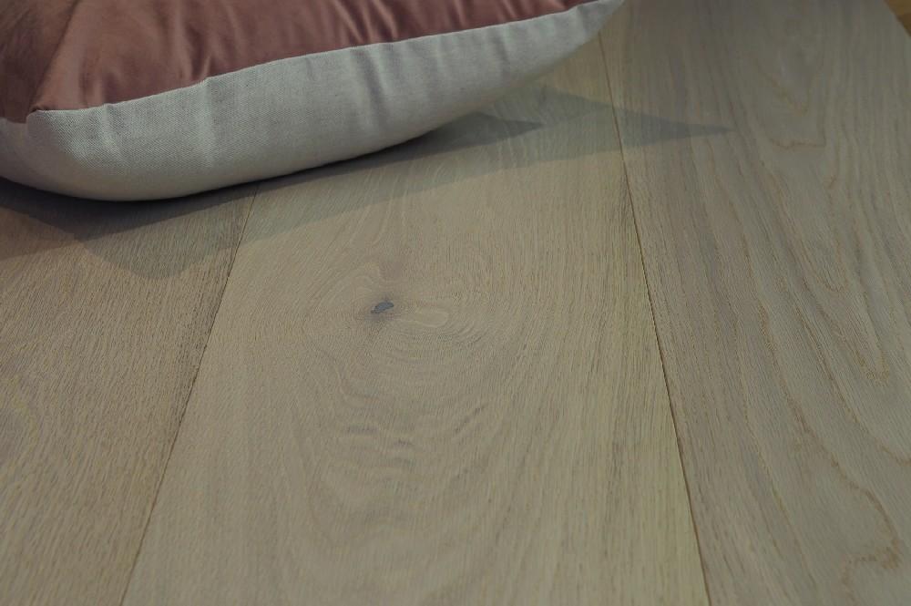Vloer 8.1. Kleurloos geoliede eikenhouten vloer van Riga vloeren en kozijnen in Amsterdam